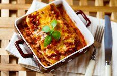 Varm lasagne med bestik til